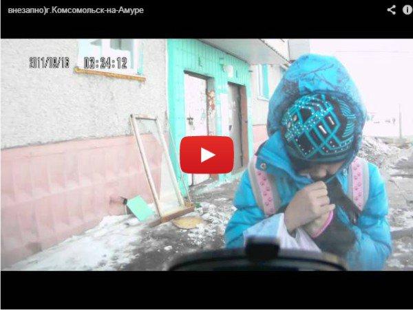 Девочка ударилась в лобовое стекло - Прикольное видео