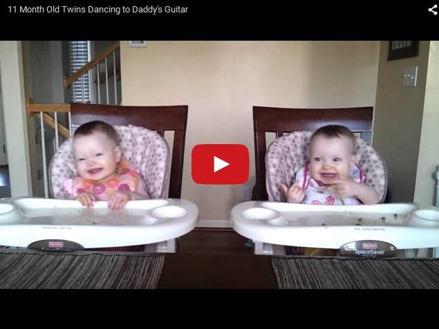 Веселые маленькие близнецы танцуют под музыку