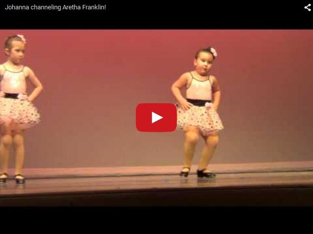 Маленькая девочка прикольно исполняет танец. Хит Интернета
