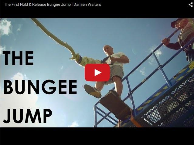 Сумасшедший роуп-джампер прыгает без страховки. Улетное видео