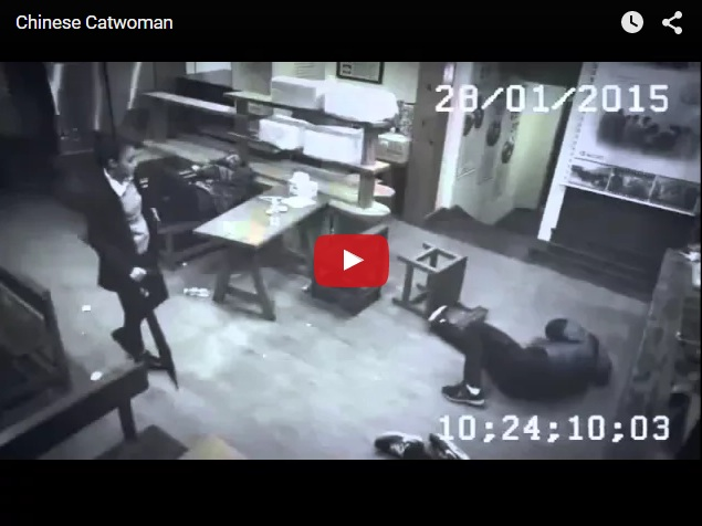 Китайская каратистка лихо разобралась с тремя быками в кафе