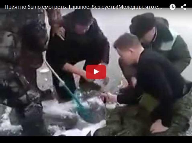 Зимняя рыбалка - мужики толпой вытаскивают огромную щуку