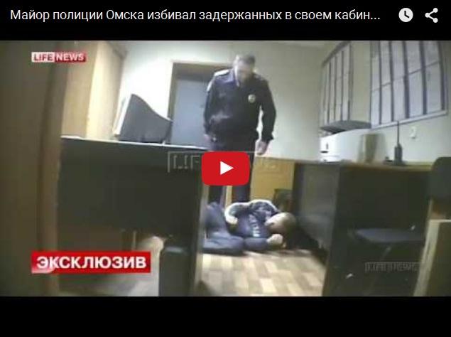 Полицейский из Омска избивал людей в своем кабинете