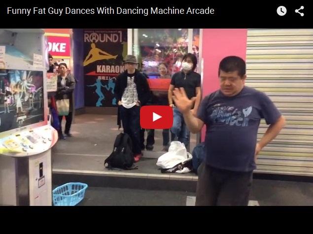 Забавный толстяк танцует у игрового автомата