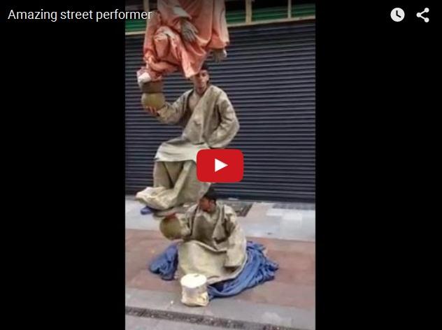 Странный перфоманс на улице