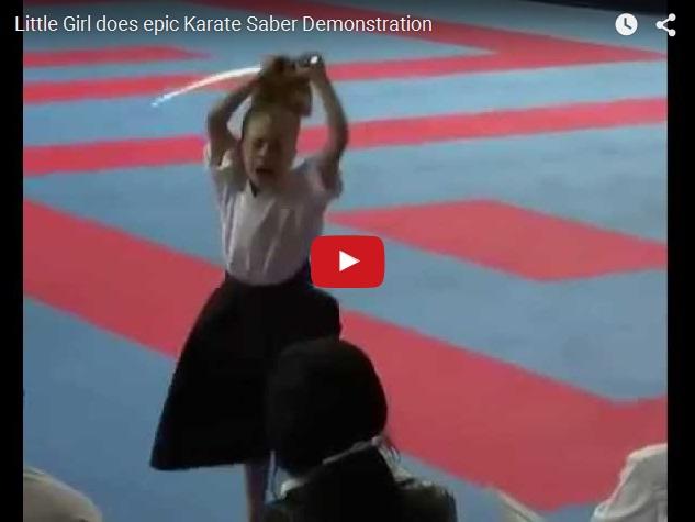 Маленькая девочка мастерски владеет самурайским мечом