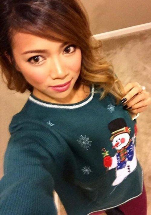 Девушки в рождественских свитерах. Красивые картинки