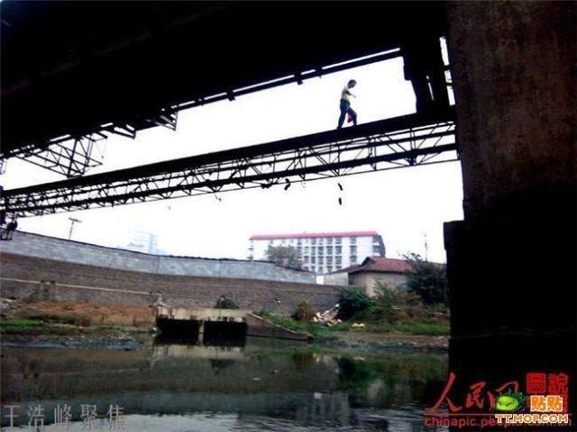 Сумасшедший пешеходный мостик в Китае