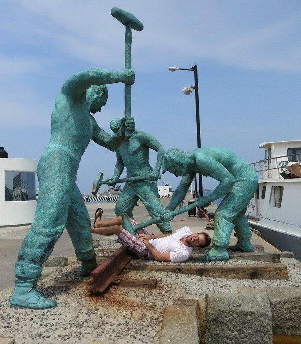 Приколы с памятниками. Смешные фото