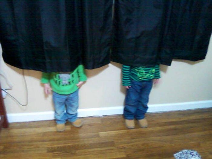 Дети играют в прятки. Смешные картинки