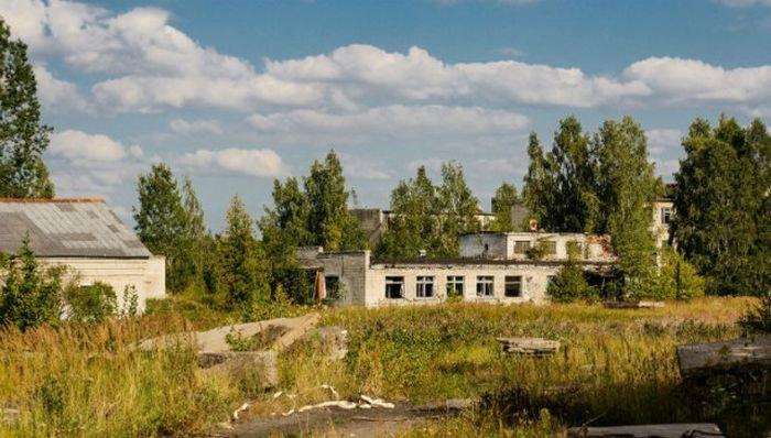 Пустынная военная деревушка в Латвии. Подборка фото