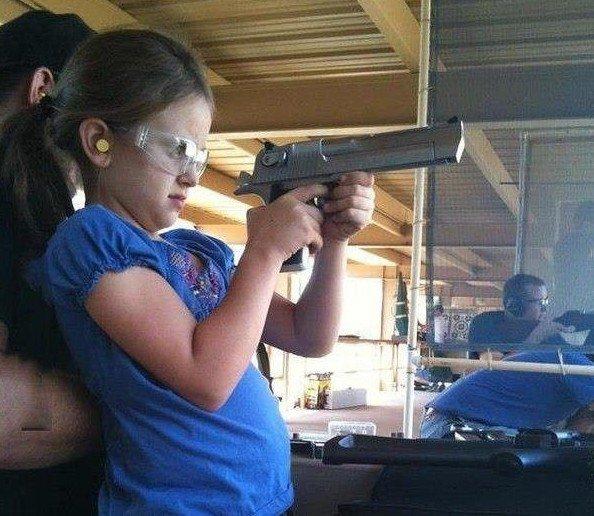 Неправильное обращение с оружием или слабоумие. Прикольные фото