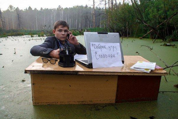 Картинка дня: школьник в болоте