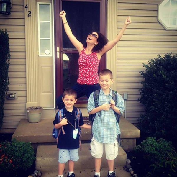 Родители радуются грядущему учебному году. Скоро в школу!