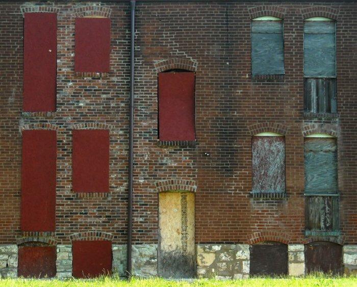 Старые двери и окна, которые повидали многое на своем веку