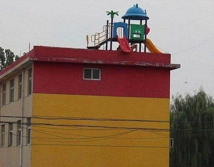 Странные детские площадки, сделанные упоротыми коммунальщиками