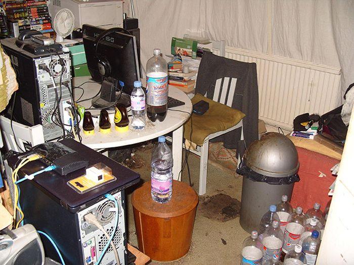 Тот момент, когда компьютерный стол превращается в помойку