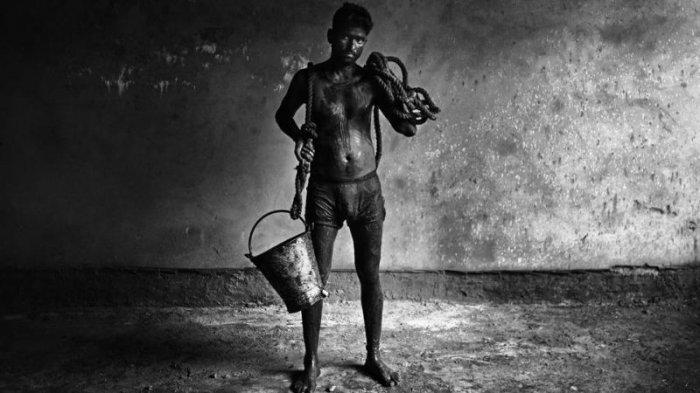 Тяжелая работа индийских чистильщиков канализации