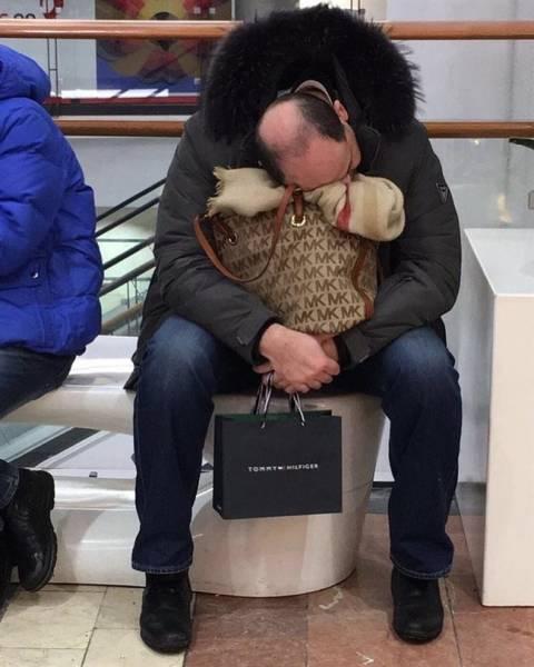 Тот момент, когда ждешь свою жену на шоппинге