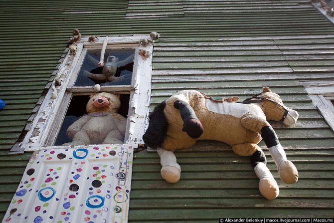 Странный район с подвешенными куклами - фото дня